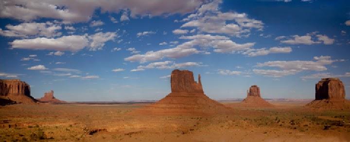 Foto panorámica cielo azul con nubes en Monument Valley USA Te cuento de viajes