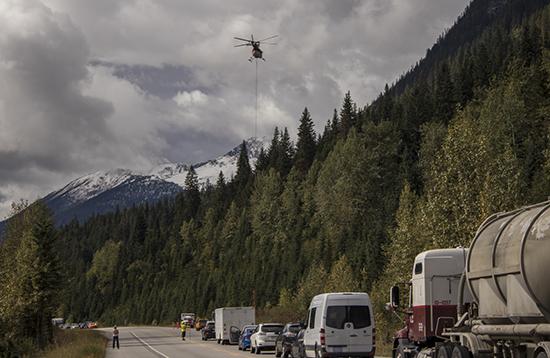Helicóptero transportando materiales en las carreteras de Canadá