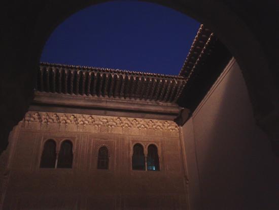 Foto nocturna fachada del Palacio de Comares
