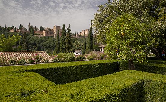 vistas de la alhambra desde los jardines de la casa del Chapiz en el barrio del Albaicín en Granada