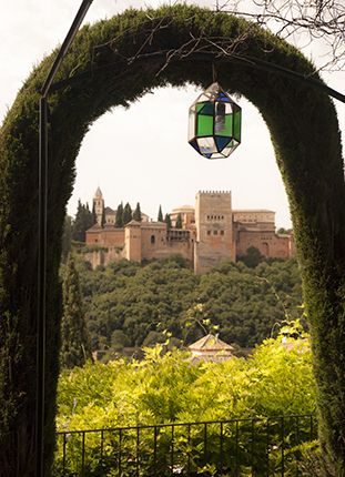 Vistas de la Alhambra desde el carmen de la Victoria en el barrio del Albaicín