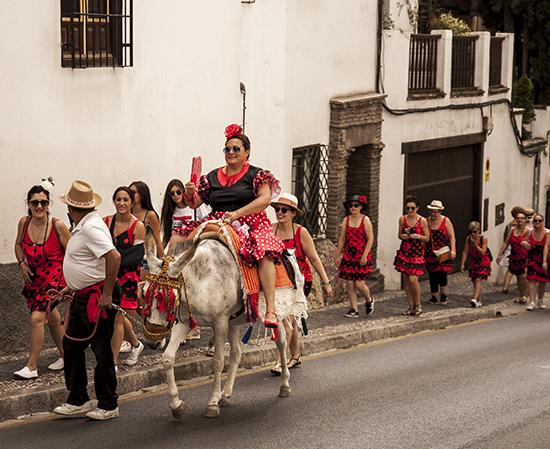comitiva flamenca paseando por el barrio del Albaicín en Granada