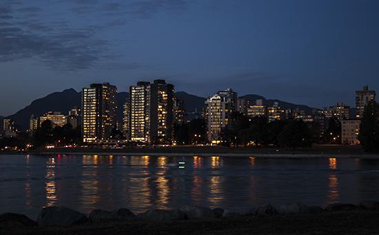 sky line Vancouver al anochecer