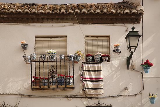 Fachada blanca en el granadino barrio del Albaicín