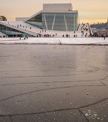 mar helado y vistas del edificio de la ópera en Oslo