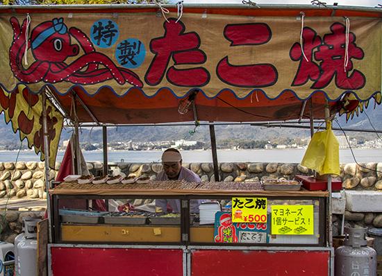 puesto de comida en Japon Miyajima takoyakis