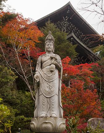 esculturas Japon Daisho in temple otoño