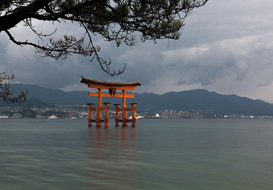 torii dia nublado Miyajima Japon