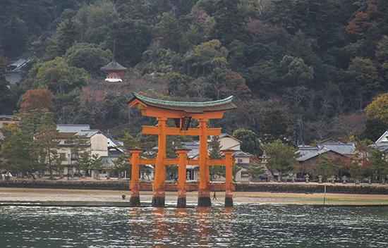 tori rojo desde el ferry a Miyajima Japon