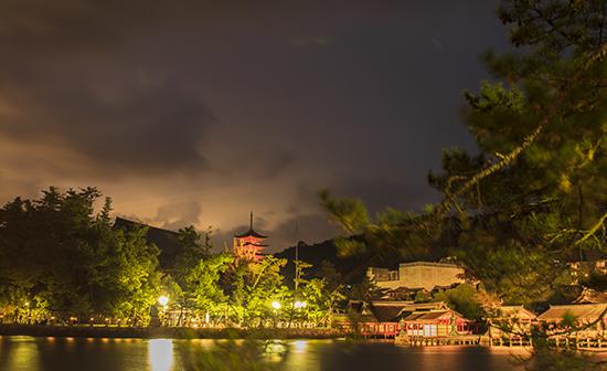 Miyajima de noche iluminada Japon