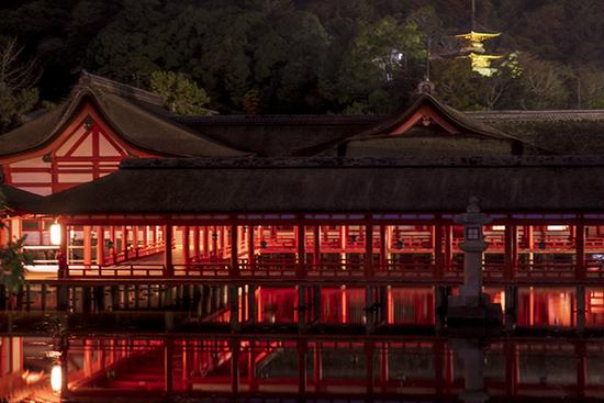 isla santuario de noche Miyajima Japon