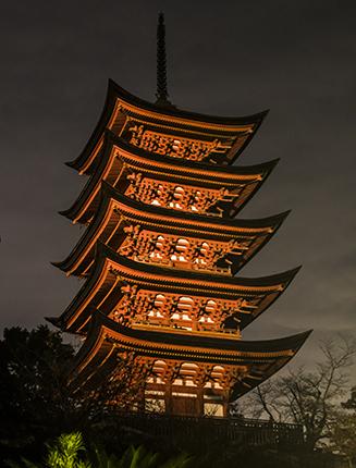 pagoda iluminada Miyajima island Japon