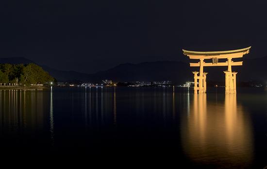torii iluminado Miyajima Japon