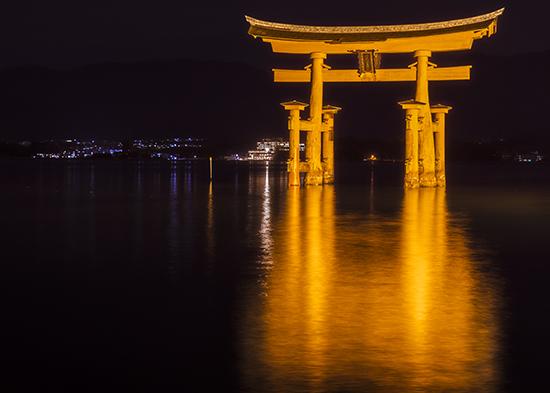 tori de noche Miyajima isla Japon