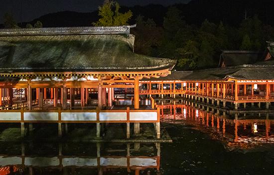Santuario miyajima de noche iluminado Japon