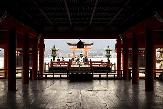 vista del tori desde santuario Miyajima Japon