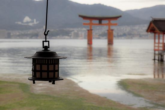 vista del torii desde santuario Miyajima Japon