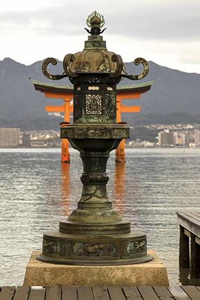 lampara de bronce y torii Miyajima isla