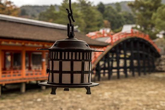 puente rojo junto a santuario Miyajima Japon