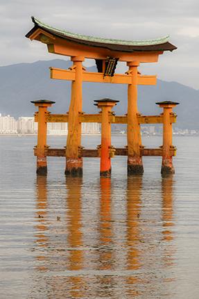 reflejos torii rojo Miyajima Islan japan