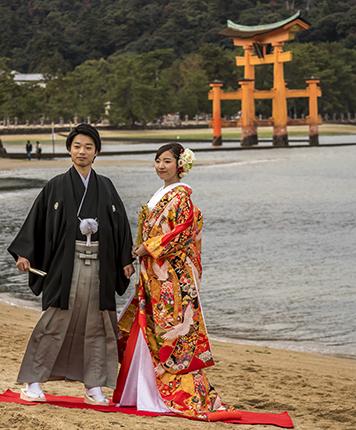 boda kimono vistas al torii Miyajima Japon