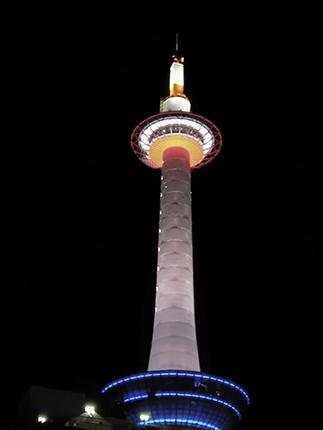 kioto tower de noche