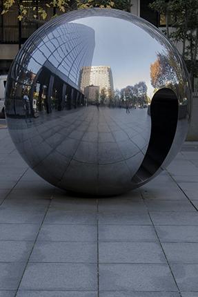 escultura bola metálica Tokio