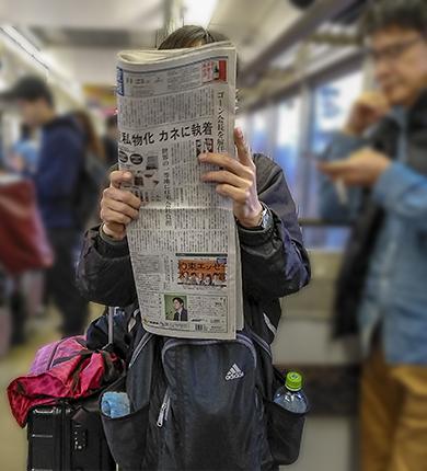 Lector periodico en tren