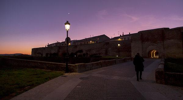 Personas a contraluz, hora azul Ciudad Rodrigo