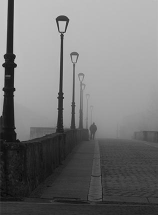 señor en la niebla blanco y negro, Salamanca
